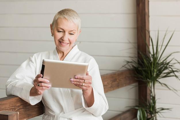 Ältere frau der vorderansicht, die ein modernes leben lebt