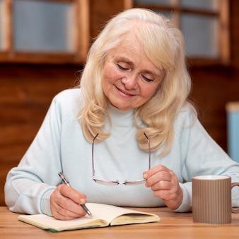 Ältere frau des vorderansichtgeschäfts