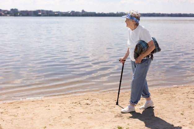Ältere frau, die allein im sommer reist