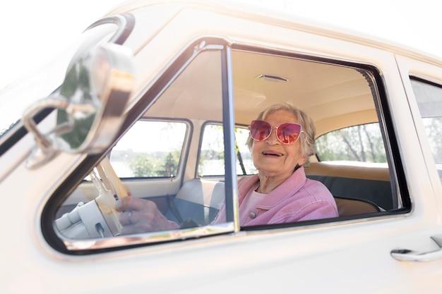 Ältere frau, die allein mit dem auto reist