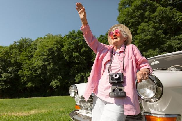 Ältere frau, die alleine reist und spaß hat
