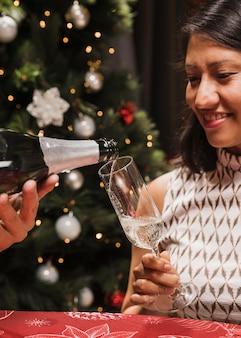 Ältere frau, die champagnerglas hält