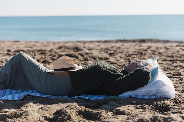 Ältere frau, die draußen entspannt