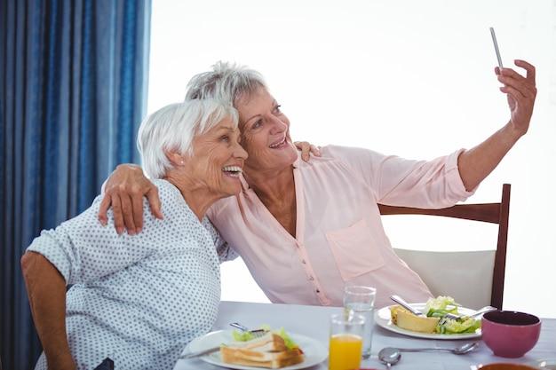 Ältere frau, die ein selfie nimmt