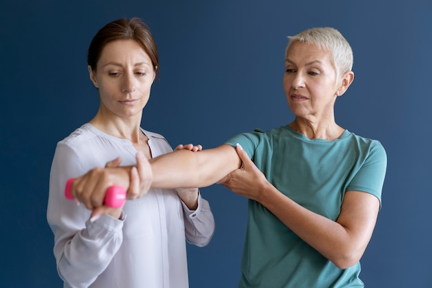 Ältere frau, die eine ergotherapiesitzung mit einem psychologen macht