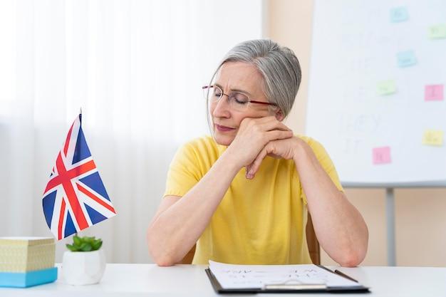 Ältere frau, die englisch unterrichtet