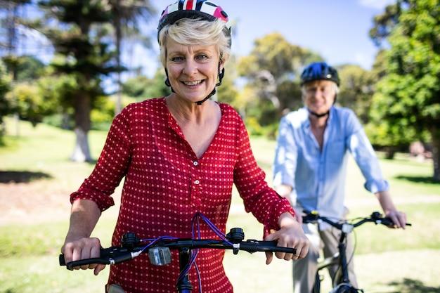 Ältere frau, die fahrrad fährt