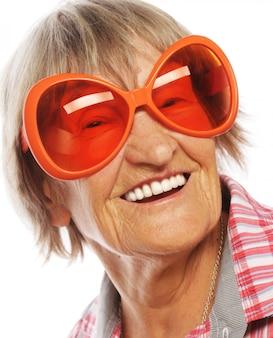 Ältere frau, die große sonnenbrille trägt