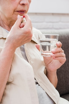 Ältere frau, die ihre medizin hat