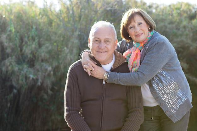 Ältere frau, die ihren ehemann umarmt