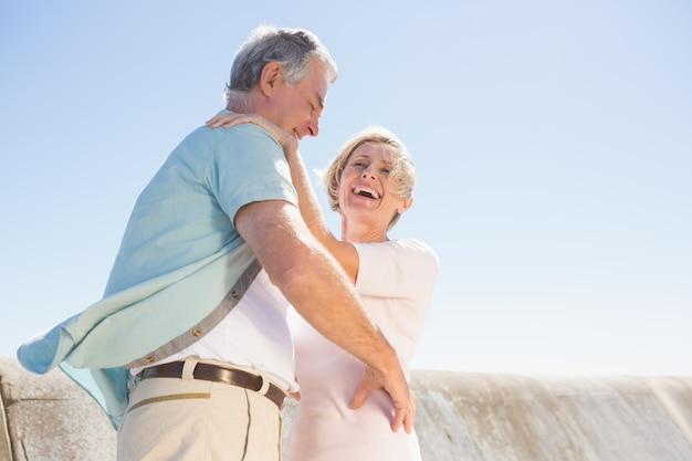 Ältere frau, die ihren partner umarmt