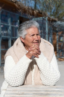 Ältere frau, die in der stadt lebt Premium Fotos