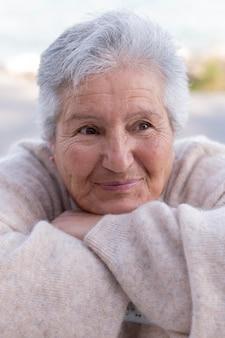 Ältere frau, die in der stadt lebt