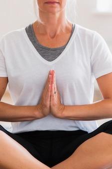Ältere frau, die meditation ausübt