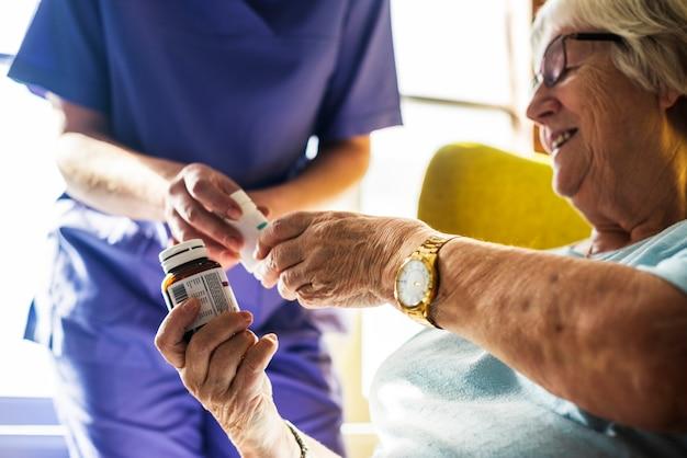 Ältere frau, die medizin einnimmt