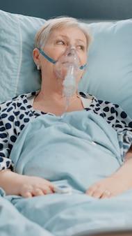 Ältere frau, die medizinische hilfe von sanitätern erhält
