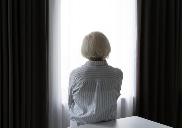 Ältere frau, die mit alzheimer konfrontiert ist