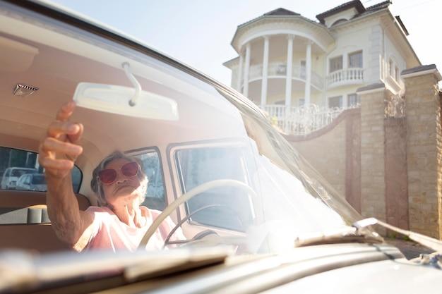 Ältere frau, die mit dem auto reist