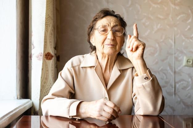 Ältere frau, die mit dem finger zeigt