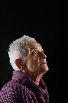 Ältere frau, die oben schaut