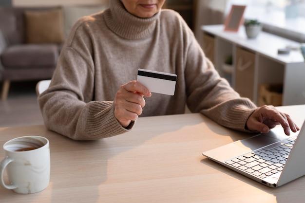 Ältere frau, die online einkauft