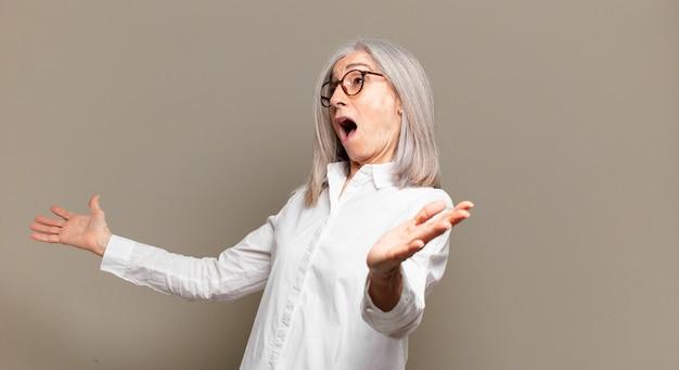Ältere frau, die oper spielt oder bei einem konzert oder einer show singt, sich romantisch, künstlerisch und leidenschaftlich fühlt
