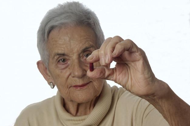 Ältere frau, die pillen einnimmt