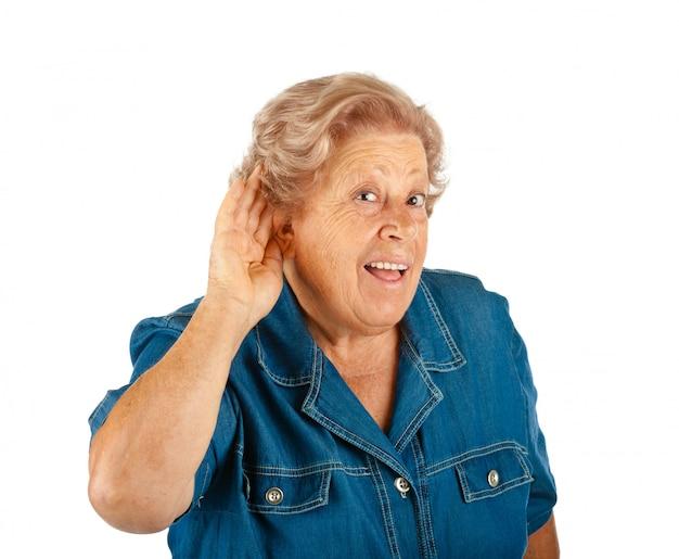 Ältere frau, die probleme hört