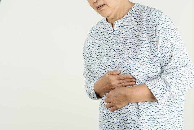 Ältere frau, die unter saurem reflux oder sodbrennen leidet