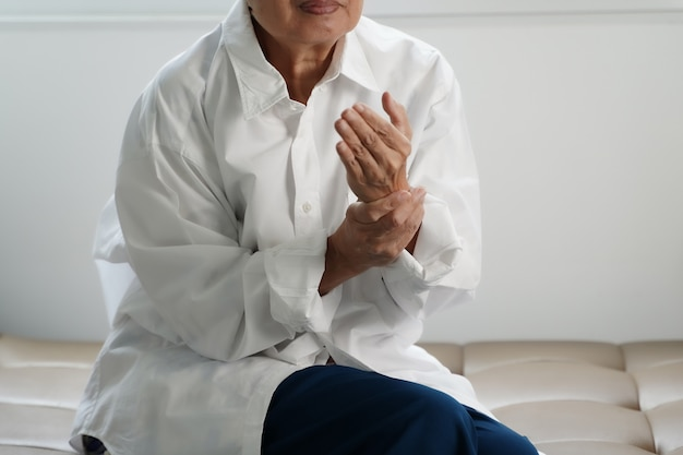 Ältere frau, die unter schmerzen von rheumatoider arthritis leidet