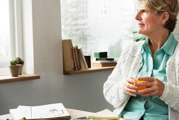 Ältere frau entspannen sich morgen-frühstücks-konzept