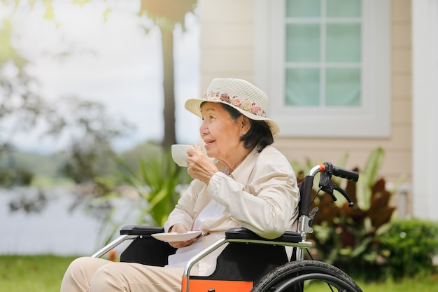 Ältere frau entspannt sich im hinterhof
