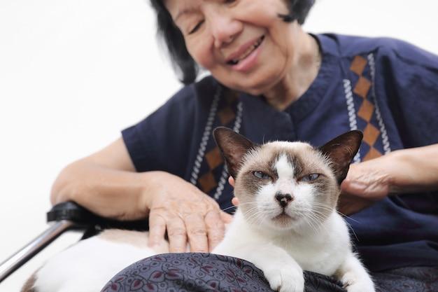 Ältere frau entspannte sich mit ihrer katze.