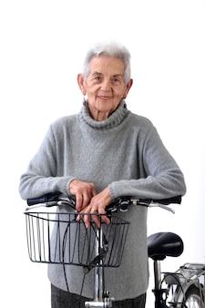 Ältere frau getrennt auf weißem hintergrund