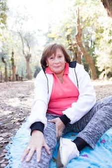 Ältere frau ihr bein stretching