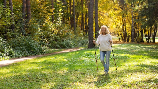 Ältere frau im naturtrekking