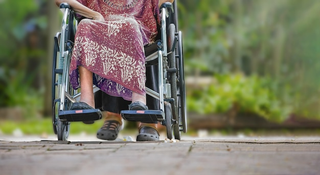 Ältere frau im rollstuhl zu hause mit tochter passen auf