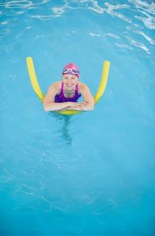 Ältere frau im schwimmbad