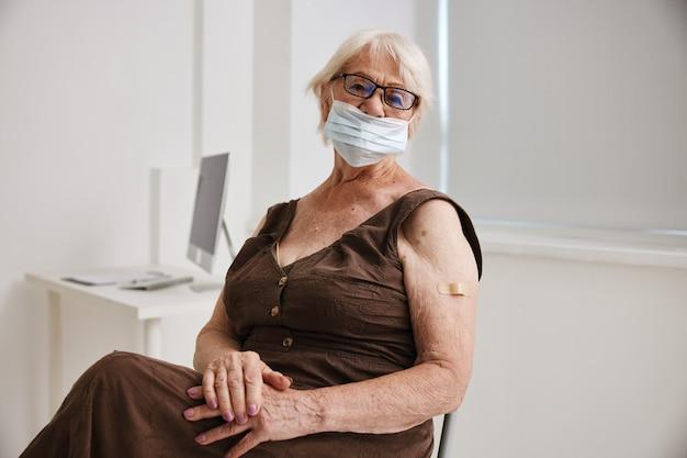 Ältere frau in covid-klinik-pass-impfsicherheit