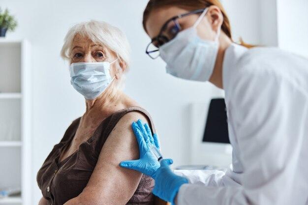 Ältere frau mit einem arztimpfpass-immunschutz