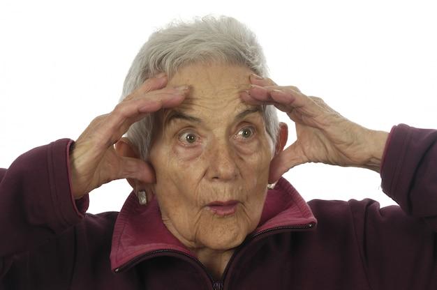 Ältere frau mit einem ausdruck der überraschung