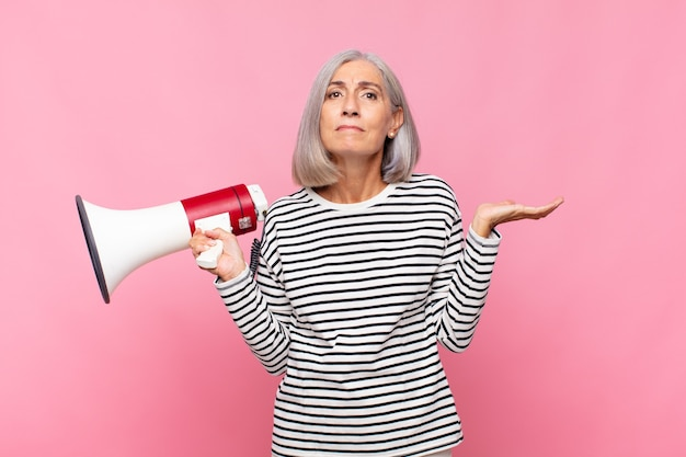 Ältere frau mit einem megaphon
