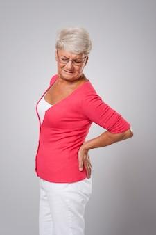 Ältere frau mit großen rückenschmerzen