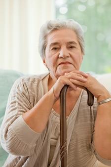 Ältere frau mit ihrem spazierstock