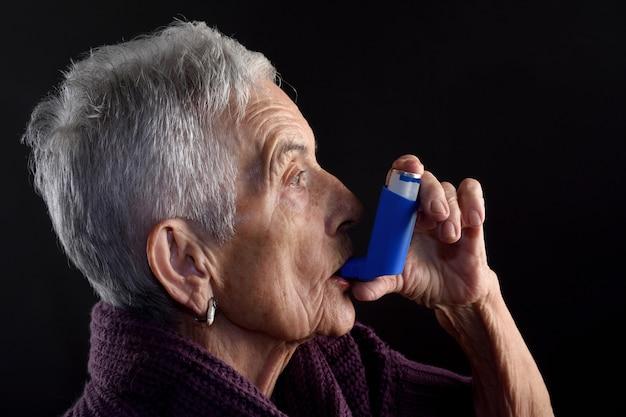 Ältere frau mit inhalator