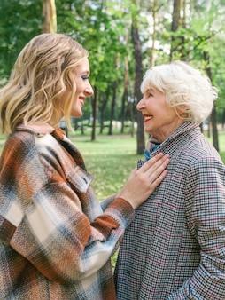 Ältere frau mit kleiner tochter zu fuß im
