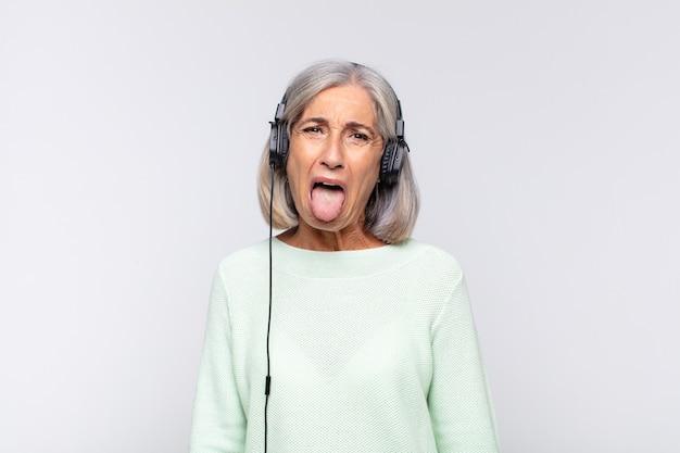 Ältere frau mit kopfhörern