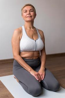 Ältere frau mit kurzen haaren, die fitness tun