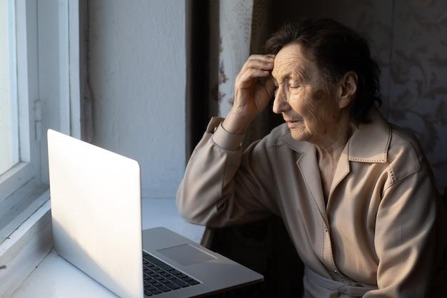 Ältere frau mit laptop