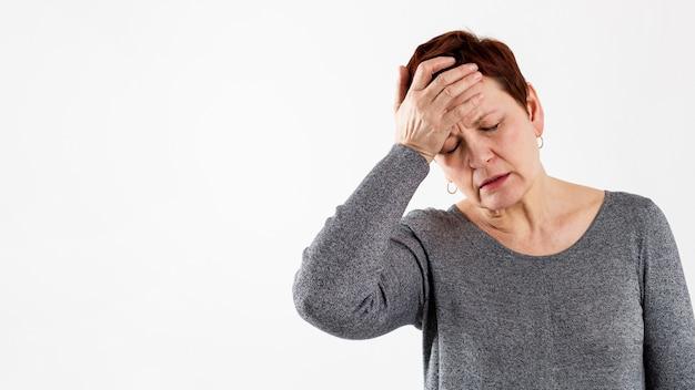 Ältere frau mit medizinischen problemen